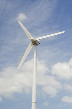 Molino de viento �nico sobre el cielo azul
