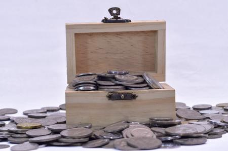 Moneda de Malasia en una peque�a caja del tesoro