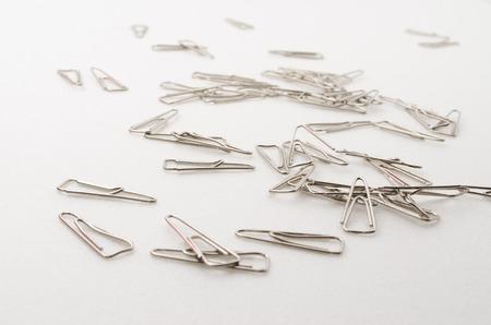 papel clip de rodaje en el fondo blanco. Se utiliza para papel organizado.