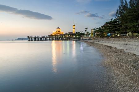 Mezquita de Malasia situado en Perlis Malasia, llamada Masjid Al-Hussein, tambi�n llamada mezquita flotante. Esta es una hermosa lugares para turistas. La puesta de sol est� detr�s de la mezquita de la vista frontal. Foto de archivo