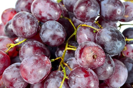 tiefe: Red Grapes shoot over white background. Shallow depth of field, focus on front of the subject.