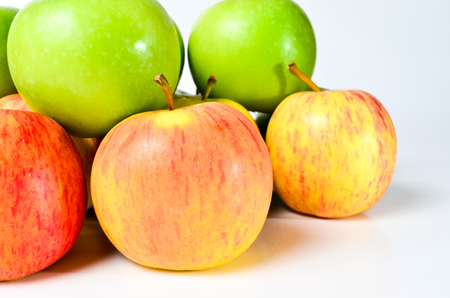 tiefe: Red And Green Apples shoot over white background. Shallow depth of field. Focus on the closes distance.
