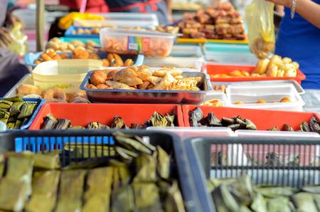 伝統的な菓子の束がラマダーンの間にマレーシアでラマダン バザール露店で販売します。