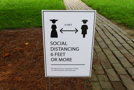 Williamsburg, Virginia, U.S.A - June 30, 2020 - The lawn sign asking the visitors to stay 6 feet apart during a tour 新闻类图片