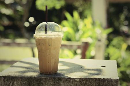 jugo verde: Colocado en un Clueless mesa de caf� de cristal de la vendimia.