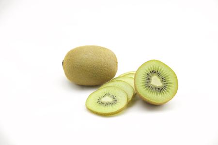 kiwi fruta: Un kiwi perfectamente fresco aislado en blanco. Foto de archivo