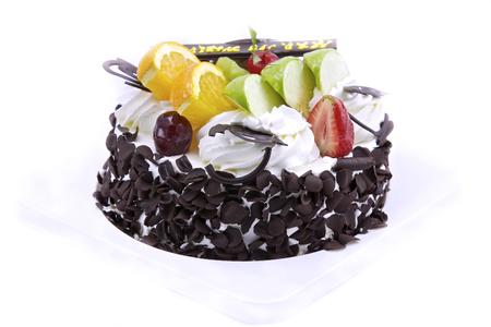 cake decorating: Torta de cumplea�os decorada con muchas frutas bellamente.
