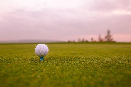 Close up van golfbal op de professionele golfgrond, klaar voor hit