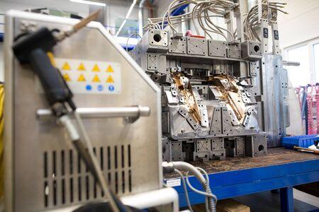 Moule industriel en métal, fraisage à blanc, travail des métaux, tour, industrie du fraisage, moulage plastique, concept industriel Banque d'images