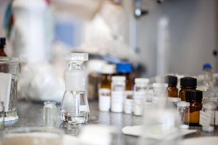 Flasks with liquids in a lab, pharmaceutical industry factory and production laboratory Stockfoto