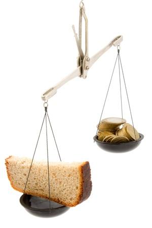 balanza: Pan negro y dinero. Foto de archivo
