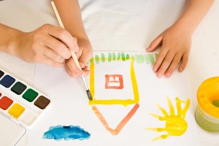attivit?: Bambino con vernice su uno sfondo bianco.