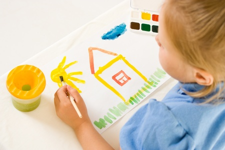 dessin enfants: Fille avec de la peinture sur un fond blanc. Banque d'images