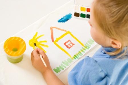 hand schilderen: Meisje met verf op een witte achtergrond.