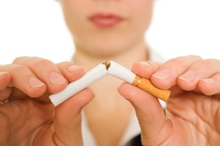 chica fumando: Mujer rompe el cigarrillo.