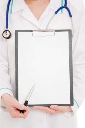 consulta médica: Doctor con portapapeles en un fondo blanco. Foto de archivo
