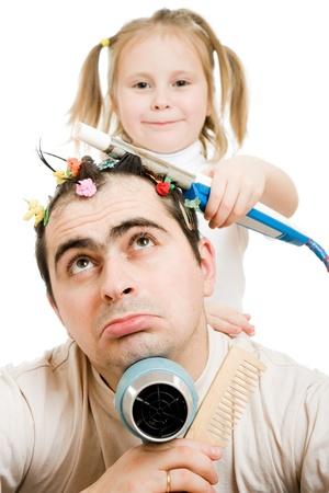 cornrows: Hija de trenzas trenzas de su padre sobre un fondo blanco.