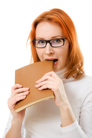 Krásná zrzavá dívka v brýlích čte knihu na bílém pozadí. Reklamní fotografie - 12712317