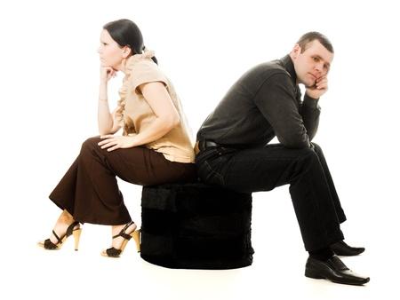 Pelea entre los hombres y mujeres sobre un fondo blanco. Foto de archivo