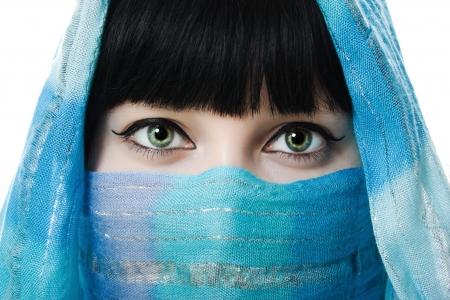 middle eastern clothing: Primo piano immagine di donna che indossa un velo su uno sfondo bianco. Archivio Fotografico