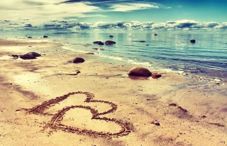 boda en la playa: corazones dibujados en la arena de una playa Foto de archivo