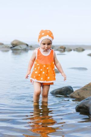 scarf beach: Ni�a peque�a caminando por la playa