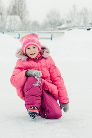 Das Mädchen in der Schlittschuh auf dem Eis.