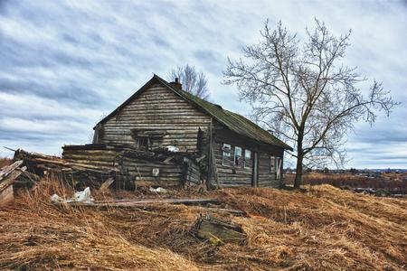 放棄された村の家。