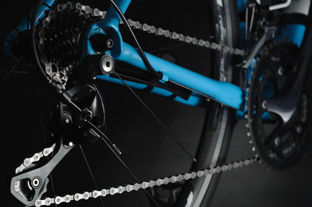 Detail of bicycle components. Close up cassette, chain and rear derailleur. Studio photo Standard-Bild