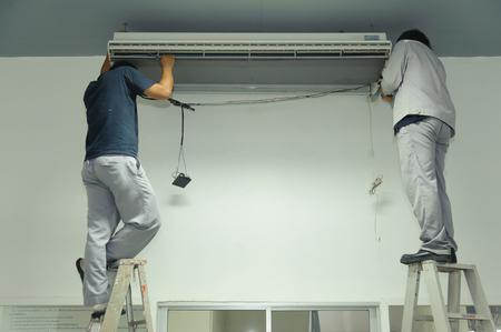 Technicians maintenance air conditioner in an office Standard-Bild