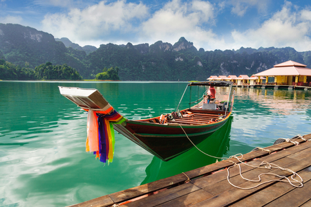 Long tail tourist boat on Cheow Lan lake, Ratchaprapha Dam, Khao Sok National Park, Surat Thani, the southern provinces of Thailand Standard-Bild