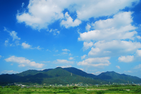 thunderhead: Haemaleun early summer, stroll the riverside landscape as seen, in any full thunderhead under a clear blue sky day