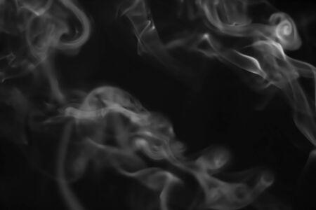 Weißer Rauch verschwommen auf schwarzem Hintergrund Standard-Bild