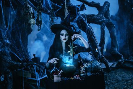 tonificación de moda, colores creativos de computadora, en la víspera de Hello ween bruja mística para conjurar y decidió cocinar una poción en el tanque, agregando y removiendo gradualmente