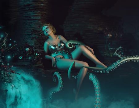 Schöne schlanke Mädchen in die Arme eines Kraken, Tentakel umschlingen den Körper, fantastische Aufnahme, Muskelaufbau modisch, kreativen Farben