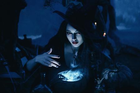 bruja: tonificación de moda, colores creativos informáticos, En la víspera de la bruja Ween Hola a evocar y decidió preparar una poción en el tanque, de pie cerca del lago mística.