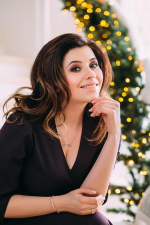 Schöne Mädchen In Einem Luxuus Kleid In Erwartung Des Neuen Jahres ...