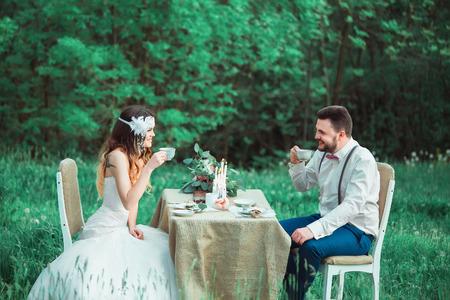 Boho-Stil Hochzeit, Vintage Hochzeit, Braut und Bräutigam, aufrichtig Gefühle, ein Urlaub für zwei Personen, eine Hochzeit im Retro-Stil, moderne Tonen, kreative Farb Standard-Bild