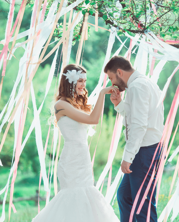 Boho-Stil Hochzeit, Vintage Hochzeit, Braut und Bräutigam, aufrichtig Gefühle, ein Urlaub für zwei Personen, eine Hochzeit im Retro-Stil, moderne Tonen, kreative Farb