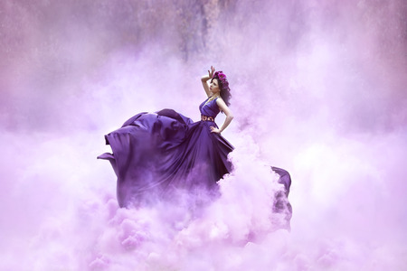 Lady dans une robe violette luxuriante luxe tourbillonne dans la fumée, magnifique photo, princesse de conte de fées se promène dans la forêt d'automne, tonifiant la mode, les couleurs informatiques créatives Banque d'images - 52505427
