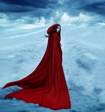 caperucita roja: Caperucita Roja se va por un camino cubierto de nieve y las nubes. disparos dramática y fantástica, tonificación de moda, colores creativos informáticos