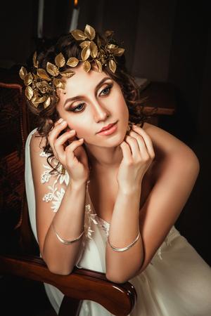 Fille muse du poète en robes grecques debout dans la salle pleine de livres et de la mode d'inspiration créative couleur tonifiante Banque d'images - 55869523