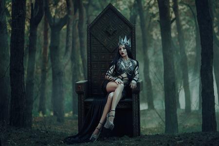 donkere boze koningin zittend op een luxe troon, wilde prinses, vampier, heup toning, creatieve kleur, donker boho