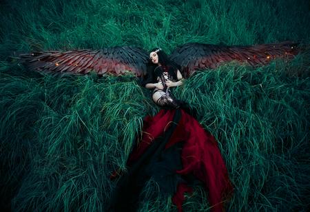 Schwarzer Engel. Hübsches Mädchen-Dämon mit schwarzen Flügeln. Ein Bild für Halloween. Bild eines alten Märchenbuch. Modische Tonen kreative Computer Farben