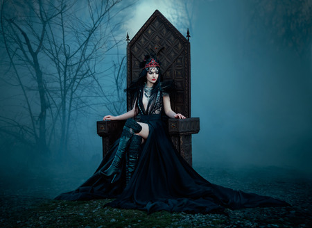 Reine sombre mal assis sur un trône luxueux, blanc neige, princesse sauvage, vampire, hip tonification, couleur créatif, boho sombre Banque d'images - 60983679