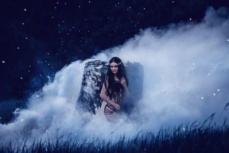 Ange noir. Jolie fille-démon avec des ailes noires. Une image pour l'Halloween. Image d'un vieux livre de contes de fées. tonification mode couleurs informatiques créatif Banque d'images - 61189868