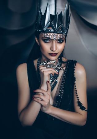 Oscura reina el mal, la princesa salvaje, vampiro, tonificación de la cadera, color creativo, boho oscura Foto de archivo - 60983956