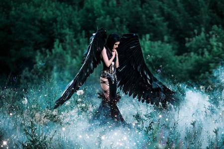 블랙 엔젤. 검은 날개를 가진 예쁜 여자 악마입니다. 할로윈 이미지. 동화의 오래 된 책의 이미지입니다. 세련된 토닝