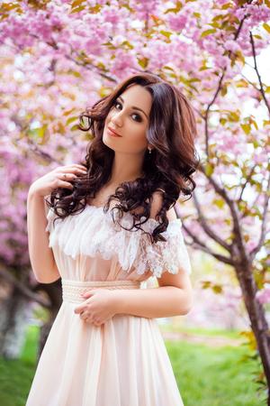 vestidos de epoca: primavera hermoso paseo por el bosque entre la flor de cerezo en aprila dama en un largo vestido en colores pastel, colores creativos informáticos, tonificación de moda