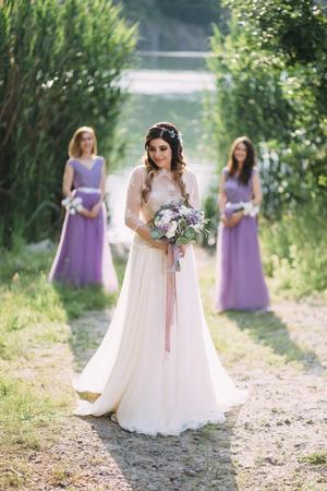 sexualidad: novia de lujo joven en traje de noche con mi friends.Photoshoot en el fondo de hermoso color festivo nature.A mood.Fashionable toning.Creative.